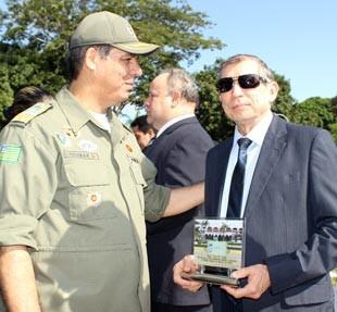 Flávio Germano, diretor geral da TV Clube, recebe a honraria da PM-PI (Foto: Gilcilene Araújo)