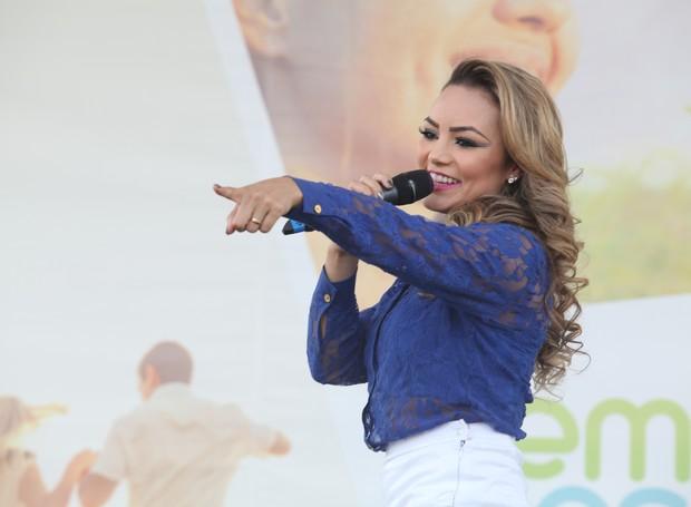 Fernanda Liz também não deixou ninguém parado, com sucessos do funk, sertanejo e músicas autorais (Foto: Luiz Renato Correa/ RPC)