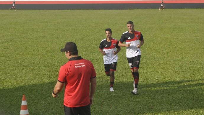 Juninho e Yago, atacantes do Atlético-GO (Foto: Guilherme Gonçalves/GloboEsporte.com)