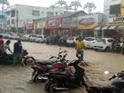 Chuva alaga rua em Jaguaquara e força da água derruba motocicletas