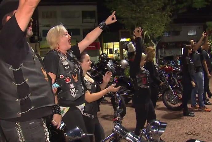 Galera de todas as idades vai na praça da cidade curtir o som!  (Foto: Reprodução / TV TEM)