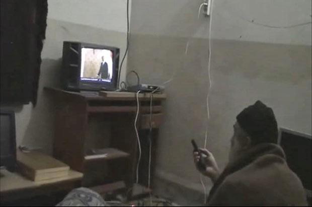 O terrorista Osama bin Laden observa vídeo em que ele próprio aparece, em sua casa em Abbotabad, em imagem não datada (Foto: AP)