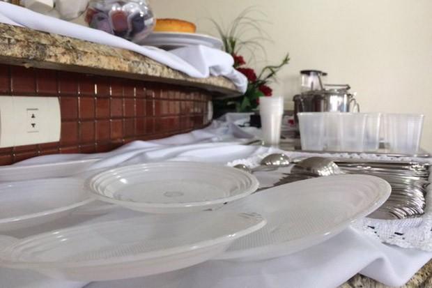 Pratos e copos descartáveis utilizado por hotel em Governador Valadares (MG) (Foto: Alexandre Nascimento/G1)