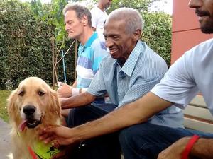 Presença de cães anima idosos em asilo de Araraquara (Foto: Carol Malandrino/G1)