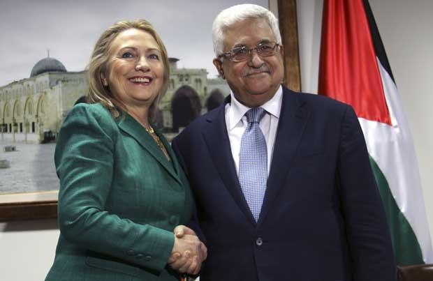 Hillary Clinton em encontro com o presidente palestino, Mahmud Abbas, nesta quarta-feira (21) na Cisjordânia (Foto: AP)