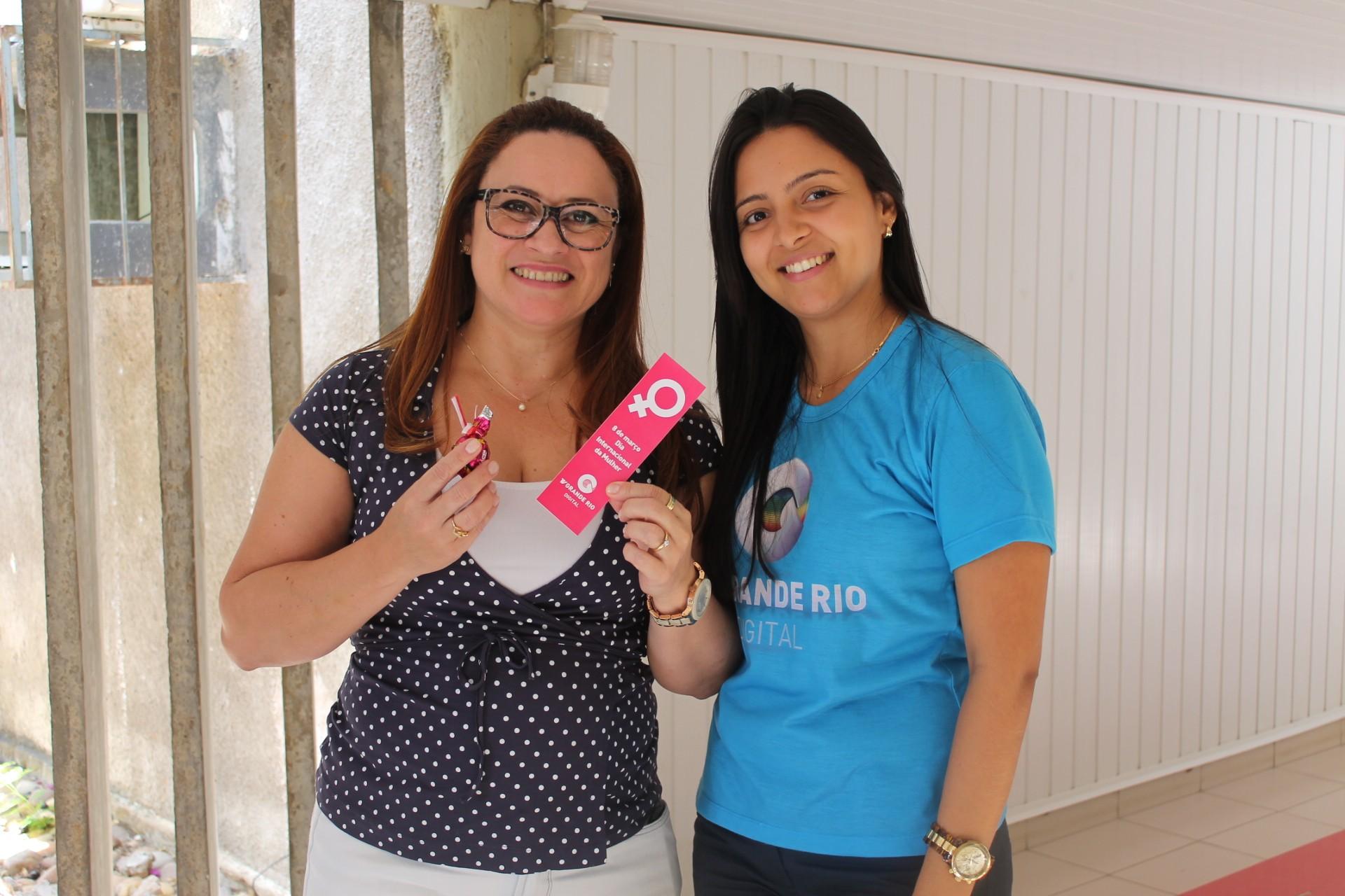 Funcionárias do Sistema Grande Rio de Comunicação ganharam bombons no Dia da Mulher (Foto: Gabriela Canário)