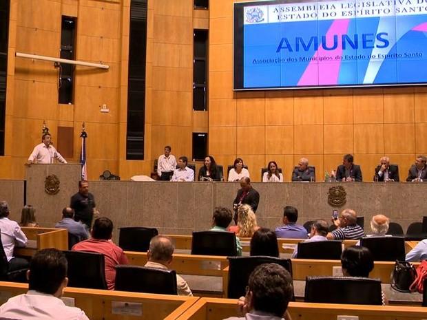Prefeitos lotaram a Assembleia Legislativa (Foto: Reprodução/ TV Gazeta)
