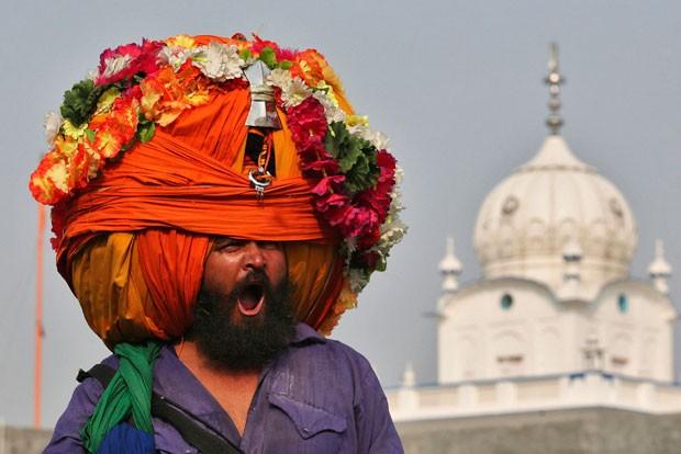 Indiano exibiu um turbante enome durante uma procissão religiosa  (Foto: Munish Sharma/Reuters)