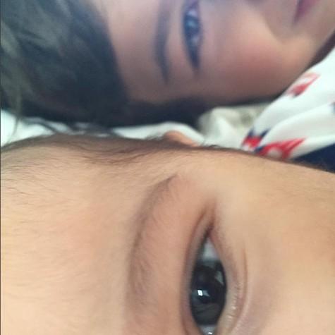 Maryin e Inácio, os dois filhos de Dira Paes (Foto: Reprodução)
