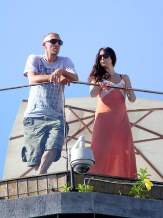 Monica Bellucci e Vincent Cassel na sacada do hotel, no Rio (Foto: André Freitas / AgNews)