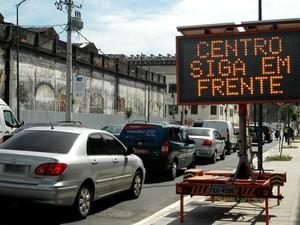 Trânsito lento na saída do Túnel da Via Binário na manhã desta quinta-feira (20) (Foto: Paulo Carneiro/ Agência O Dia/ Estadão Conteúdo)