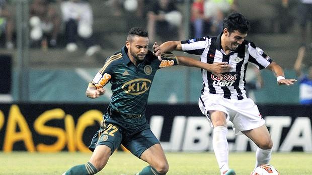 Weldinho tenta a jogada ofensiva do Palmeiras contra o Libertad (Foto: AFP)