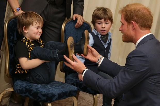 Harry brinca com crianças (Foto: Getty Images)