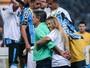 Vídeo: Carolina Portaluppi comemora título do Grêmio com o pai