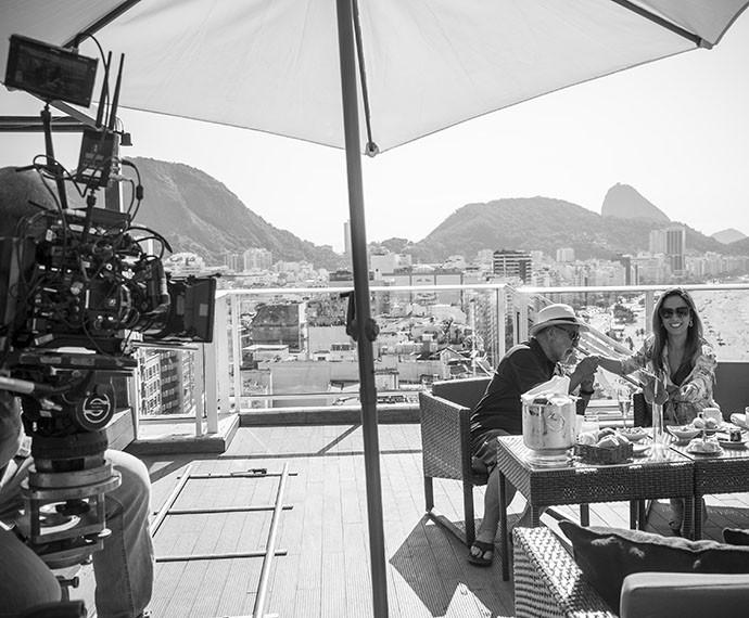 Equipe de I Love Paraisópolis grava com bela paisagem de Copacabana (Foto: Raphael Dias/Gshow)