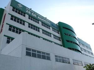 Pacientes do 28 de Agosto reclamaram da demora no atendimento no hospital nesta segunda-feira (17) (Foto: Marcos Dantas/G1 AM)