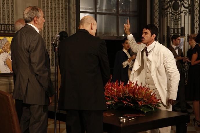 Ernesto fica indignado e agride um dos jurados (Foto: Inacio Moraes / Gshow)