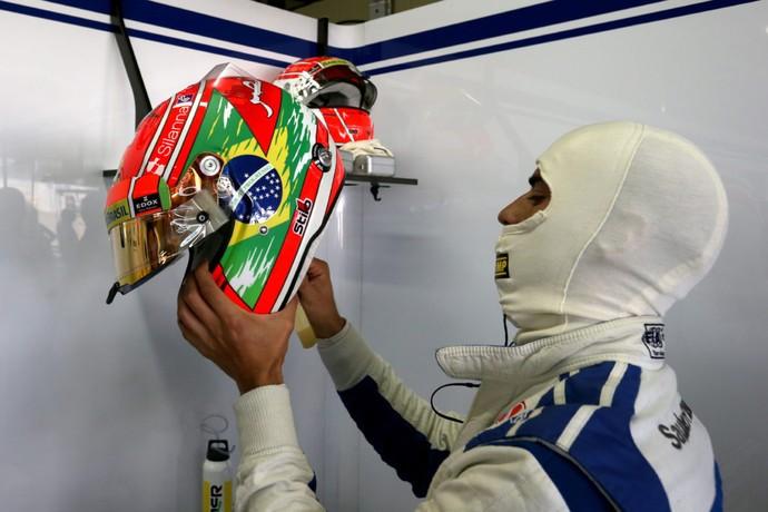 Felipe Nasr nos boxes da Sauber durante GP do Brasil (Foto: Divulgação)