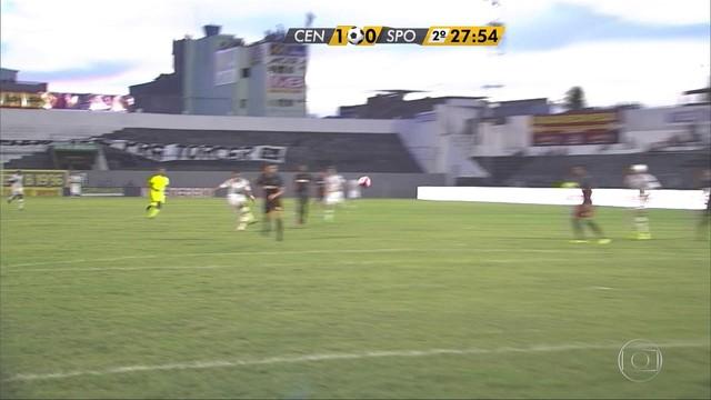<p>  Leandro Costa recebe de Luizão, chuta de longe e Magrão faz grande defesa. Escanteio para o Central.</p>