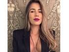 Ex-BBB Adriana publica foto sem sutiã com o blazer aberto na web
