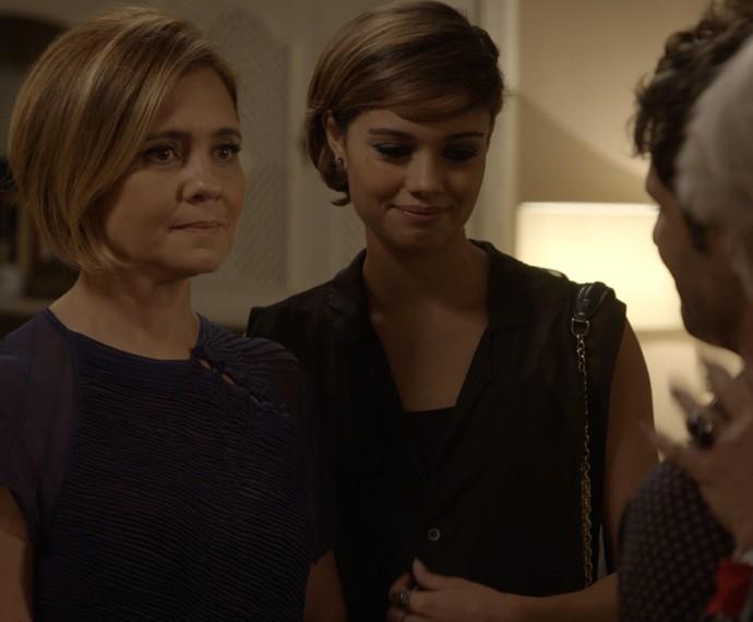 Inês leva um susto ao descobrir que Murilo é o namorado de sua filha (Foto: TV Globo)