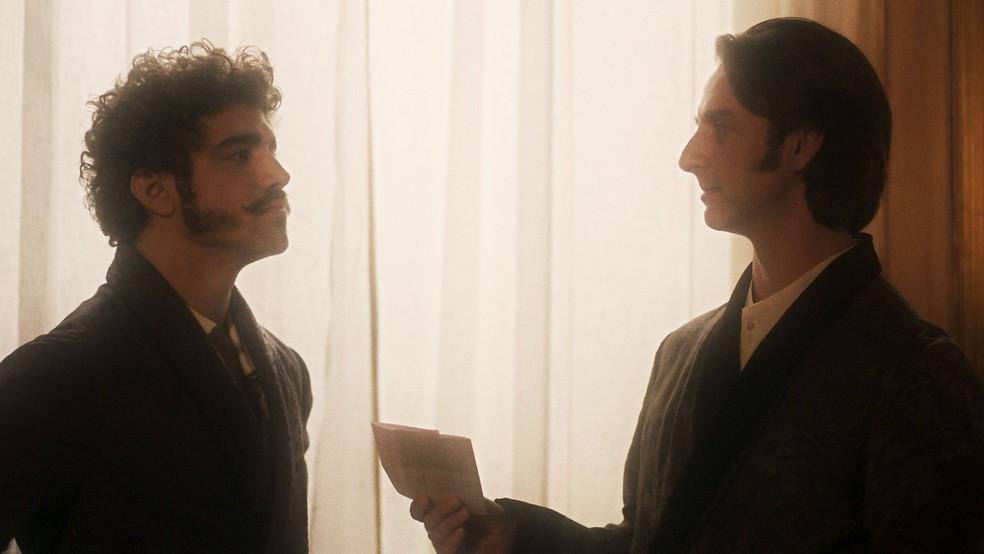 Patrício chega com uma carta na mão... (Foto: TV Globo)