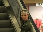 Paola Oliveira faz compras em shopping e tira foto com fã mirim