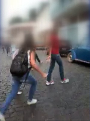Briga adolescentes em Aiuruoca, MG (Foto: Reprodução EPTV)