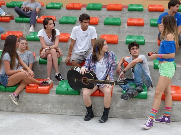 Fatinha já chega provocando Lia e pede pra garota tocar música que fez pra Dinho (Foto: Malhação / Tv Globo)