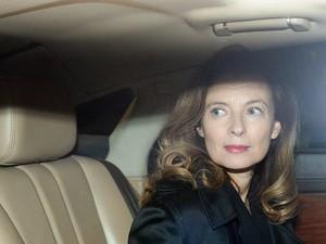 Valerie Trierweiler é vista dentro de carro no aeroporto de Mumbai, na Índia, na manhã de segunda-feira (27), horário local (Foto: AFP Photo/Punit Paranjpe)