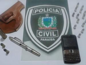 Polícia prende caneta-revólver em Queimadas (Foto: Secom/PB)