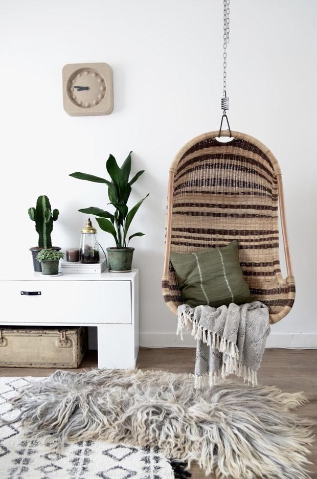 Décor do dia: cadeira de balanço traz aconchego ao estar (Foto: Reprodução )