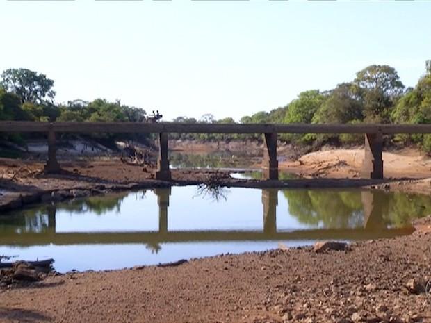 Seca rio urubu (Foto: Reprodução/TV Anhanguera)