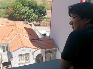 O estudante Victor Kenje mora em frente à casa onde fica a maioria dos bichos (Foto: Patrícia Teixeira / G1)