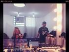 Carolina Dieckmann faz selfie no espelho com direito a biquinho
