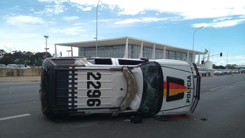Carro da PM que capotou com três militares a bordo (Foto: Vinícius de Souza/G1)