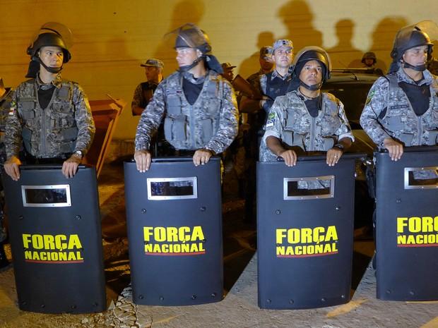 Força Nacional fez primeira vistoria ao Complexo Penitenciário de Pedrinhas ainda na noite de domingo (13) (Foto: César Hipólito/TV Mirante)