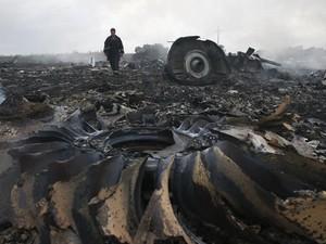 foto de 17 de julho mostram destroços do voo MH17 da Malaysia Airlines que caiu no leste da Ucrânia (Foto: Maxim Zmeyev/Reuters)