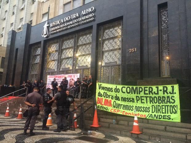 Tropa de Choque da PM estava na porta da Justiça do Trabalho às 18h (Foto: Daniel Silveira/G1)