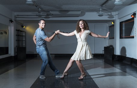 Roberta Almeida dança zouk com o instrutor Thalles Andrade Leo Martins