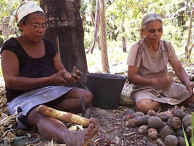 Mulheres quebram coco para sobreviver (Foto: Divulgação/MIQCB)