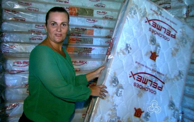 Repórter Débora Ribeiro mostra a quantidade de colchões que estão no local (Foto: Reprodução Rede Amazônica/AC)