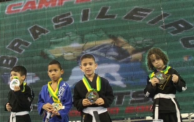 Futuros exibiram o título de campeão (Foto: Frank Cunha/GLOBOESPORTE.COM)