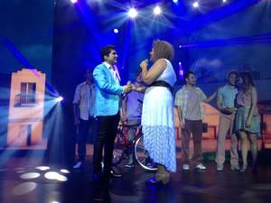Daniel recebe no palco, a ex-participante do The Voice Alma Thomas (Foto: Reprodução)
