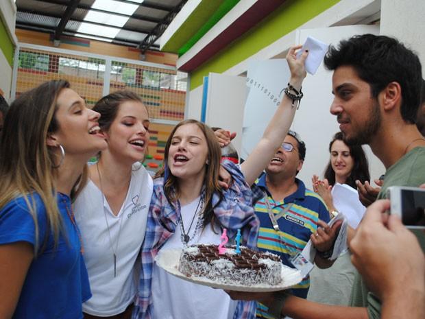 Juliana Paiva, Alice Wegmann, Rodrigo Simas e equipe prepararam uma festinha pra Agatha (Foto: Malhação / Tv Globo)