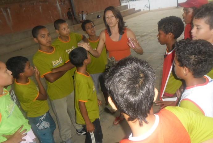 Maria Luci coordenando atividades para as crianças assistidasd pelo Projeto Isaac de Montes Claros. (Foto: Odete Aquino)