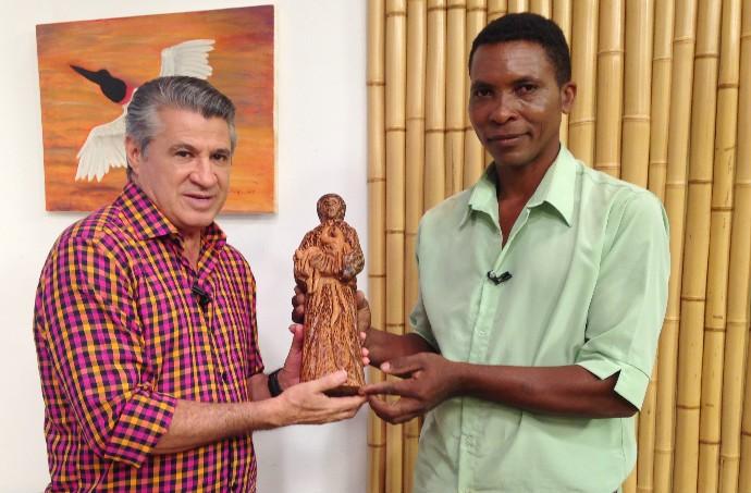 Rosalino presenteou o apresentador Pescuma, com uma escultura em madeira de São Benedito (Foto: Luana Daubian/TVCA)
