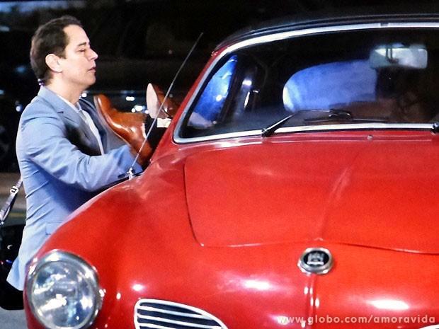 Eron fecha os olhos quando se depara com o casal dentro do carro (Foto: Amor à Vida/TV Globo)