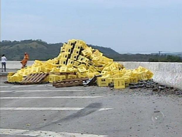 Caminhão carregado de cerveja tombou na rodovia Archimedes Lammoglia (SP-75), em Itu (SP) (Foto: Reprodução/TV Tem)