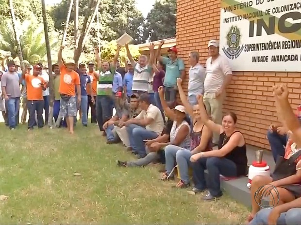 Manifestantes na sede do Incra em Dourados (Foto: Reprodução/ TV Morena)